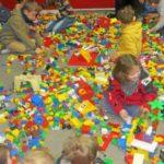 des-enfants-par-centaines-des-briques-par-milliers